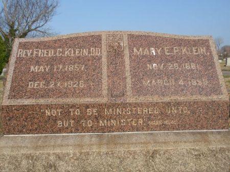 図_クライン夫妻の墓碑.jpg